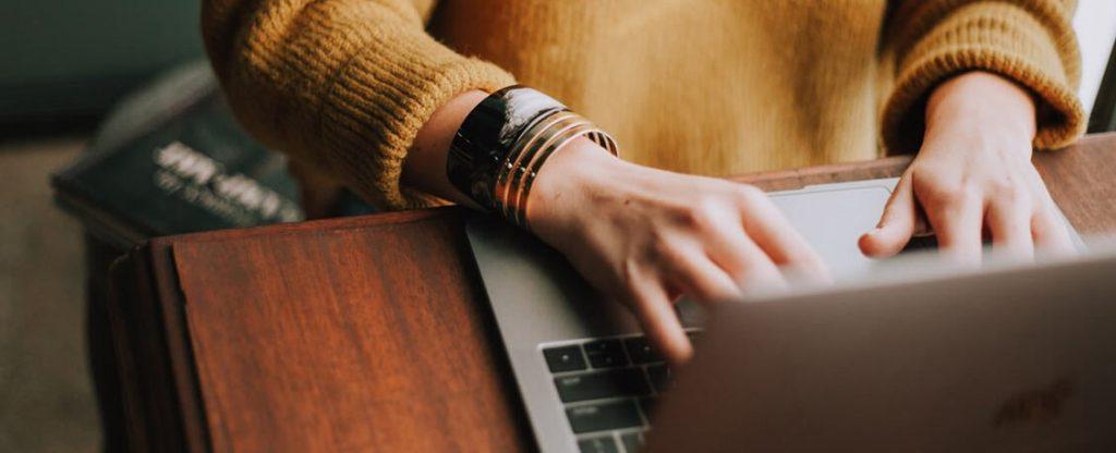 femme travaillant sur un ordinateur en utilisant un logiciel de recrutement