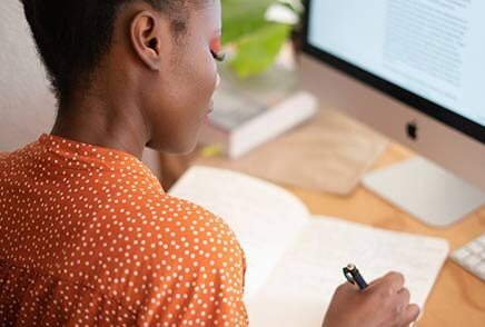 Personne devant un ordinateur utilisant un logiciel de recrutement pour recruter à distance