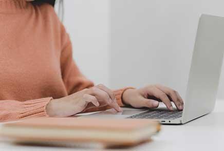 Personne travaillant sur son ordinateur en utilisant des outils RH digitaux