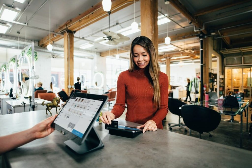 Femme payant ses achats au comptoire d'un magasin de retail